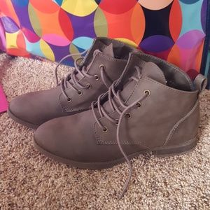 Size 6 gray bootie!